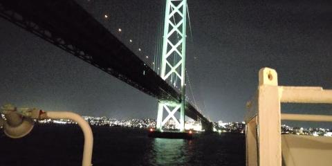 明石海峡大橋をくぐっています。